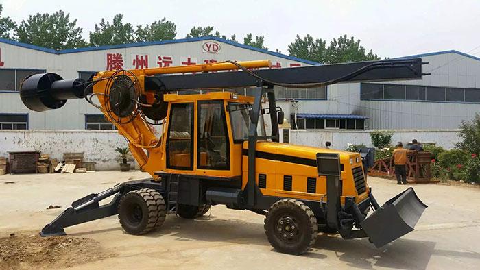 建筑工地施工用的轮式旋挖钻机图